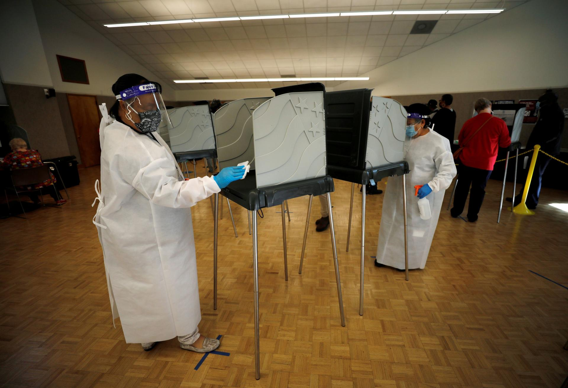 In order to organize the vote during the Covid-19 epidemic, the voting booths at the polling station in Durham, North Carolina, are disinfected before each use, this Thursday, October 15.
