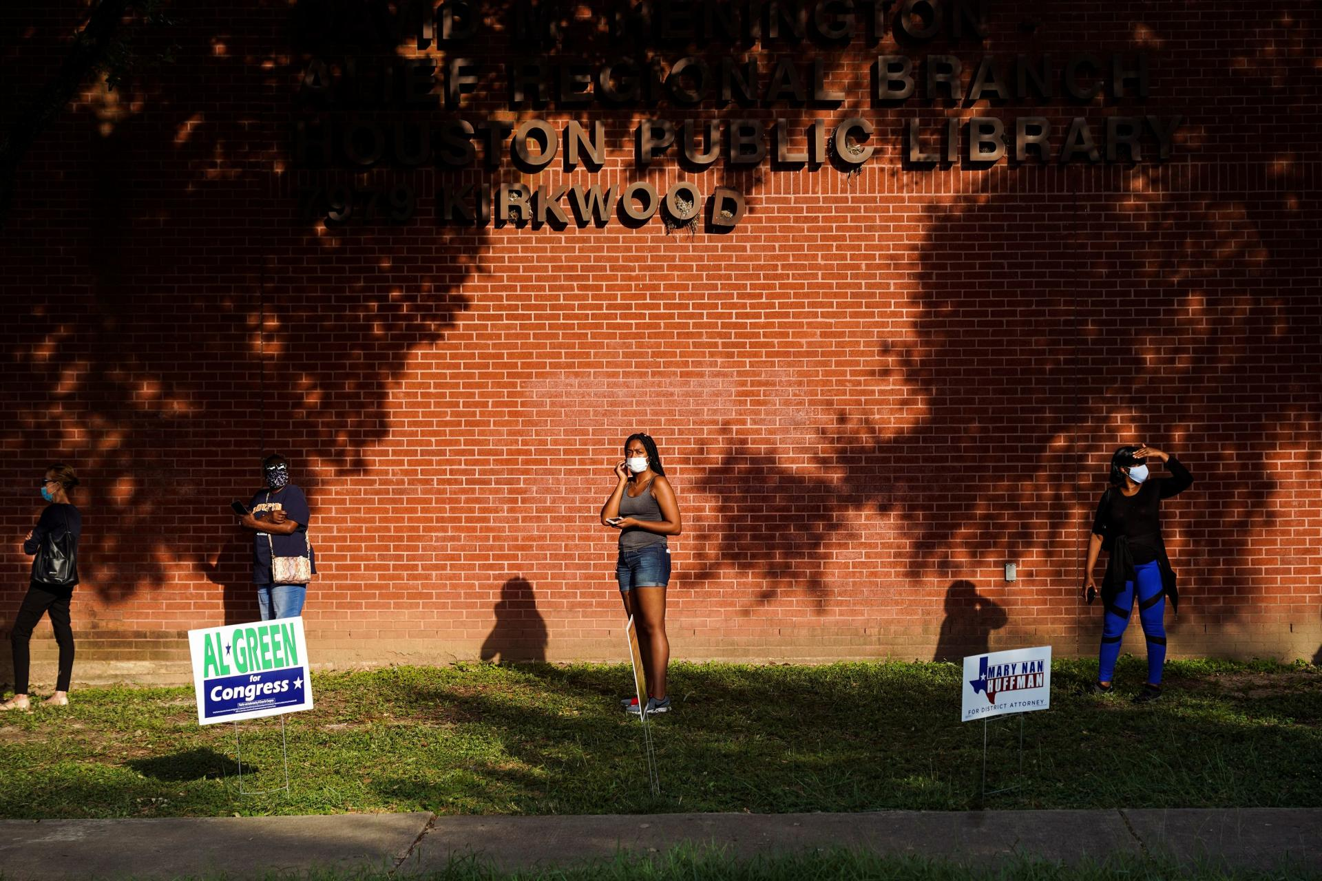 Texas is a traditionally conservative state.  Since 1980, its inhabitants have voted for the Republican presidential candidate.  This year, however, polls show Democrat Joe Biden is in a position to challenge Donald Trump for victory.  On October 13, voters lined up to vote in Houston.