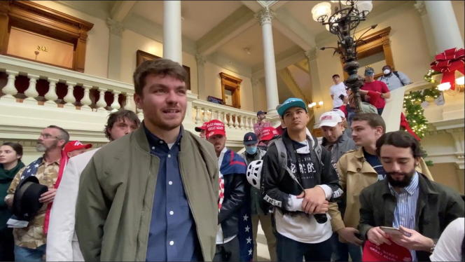 Nick Fuentes surrounded by his supporters, on November 18, 2020, during a pro-Trump demonstration in the Capitol in Atlanta (Georgia).