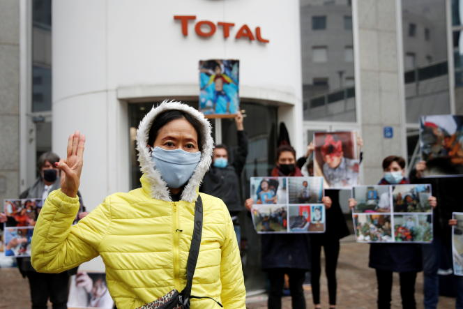 Gathering of the Extinction Rebellion movement to protest against the Burmese junta in front of the headquarters of the Total company, in La Défense (Hauts-de-Seine), on March 25, 2021.