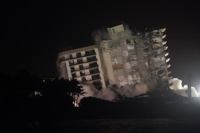 The rest of the building in a controlled demolition, after the partial collapse of June 2021, here in July 2021.
