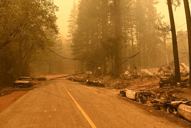 Power lines on the ground and burnt cars in the Indian Falls area of Plumas County, California (United States) on July 25, 2021.