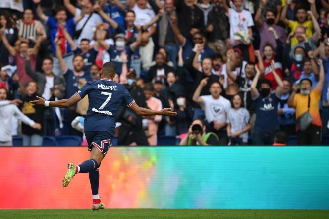 Kylian Mbappé celebrates his goal against Clermont at Parc des Princes on September 11, 2021.